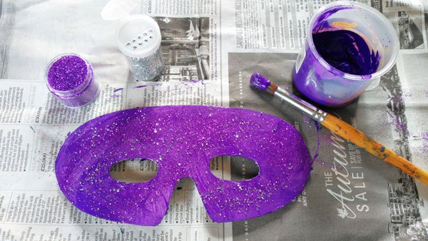 carnival mask for kindergarten craft - painting the mask