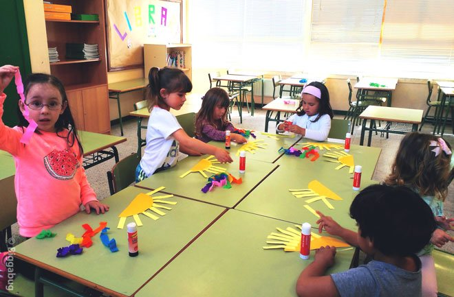 preschoolers making sun and rainbow craft
